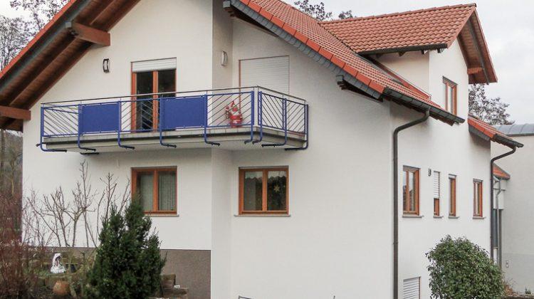 Mehrfamilienhaus mit hellem Außenputz